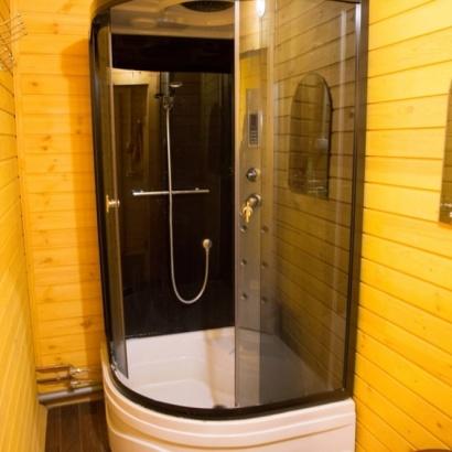Трёхместный эконом санузел и душ на этаже